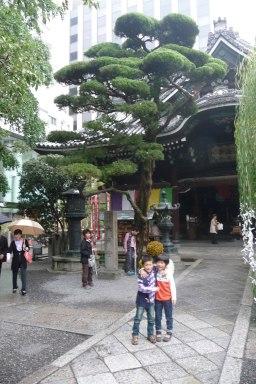 2 petits enfants prenant la pose à un temple