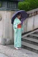 Une jeune fille en kimono trop mignonne