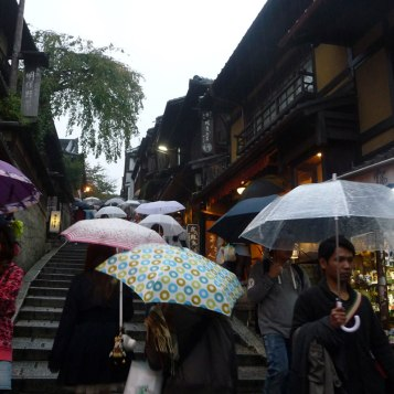 Rue piétonnes commerçantes avant le temple