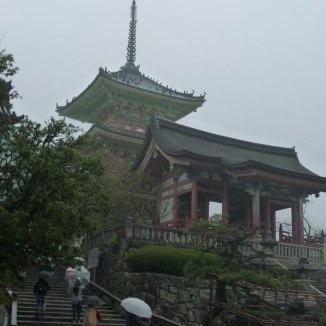 Un aperçu du temple sous la pluie