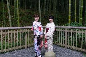 2 jolies filles en kimono posant à la bambouseraie
